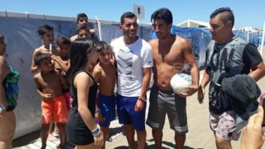 Carlos Tevez disfruta de un día de playa en Mar del Plata y los hinchas de Boca se vuelven locos para posar junto a él.