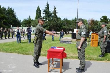 Juramento. El comandante principal Cueto asume su nuevo cargo en el acto en la Plaza de las Armas.