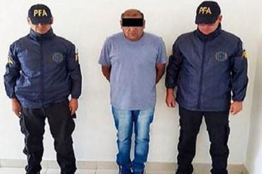 Atrapado. El excartero Gutiérrez entre los dos agentes que lo capturaron en las calles de Puerto Madryn.