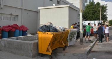Amontonada. El Hospital trelewense ya muestra cómo se acumulan las bolsas con la peligrosa basura.