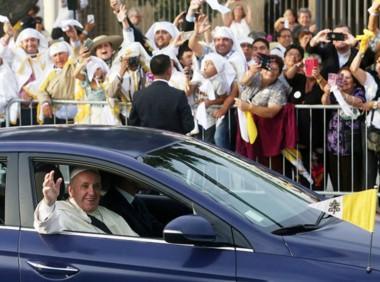 Bienvenido. El Papa Francisco inició ayer su gira por 3 días por Chile y que luego incluirá Perú. Bergoglio llega por sexta vez a Latinoamérica.