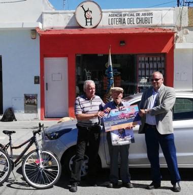Autoridades de Lotería entregaron el premio en Rawson.