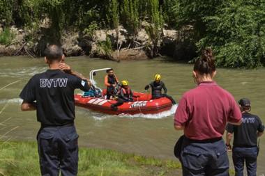 Bomberos y policías buscan a dos personas que navegaban el río (imagen archivo)
