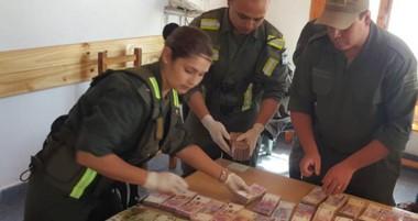 El dinero quedó a disposición de la Justicia  Federal con asiento en Esquel. También se secuestró el vehículo.