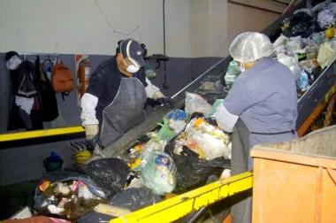 Trabajadores. Una postal del trabajo interno en la planta de residuos cordillerana que necesita ampliarse.