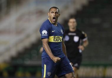 Wanchope Ábila convirtió su primer gol con la casaca de Boca.