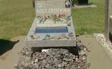 Es tradición dejar una piedra en las tumbas judías. Traduce respeto y recordación. La tumba de Nisman, a tres años de su muerte.