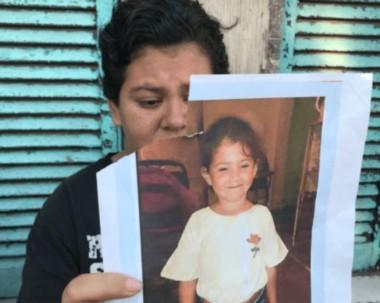 La imagen de la mamá de Abril Sosa cuando pedía por su aparición.