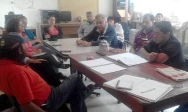 Encuentro. Los funcionarios evitaron la medida de protesta en Esquel.