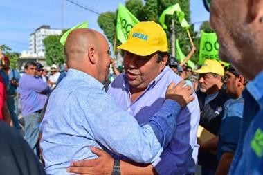 Abrazo. El intendente Sastre saludó a Mateo Suárez, quien encabezó la pacífica marcha del Sindicato.