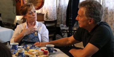 """El Presidente visitó """"Ty Gwyn"""". Tomó el té, comió torta y charló con Sonia Sánchez,una de las propietarias."""