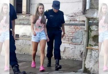 Polémica foto donde se ve a la joven sin esposas, luego de ser detenida.