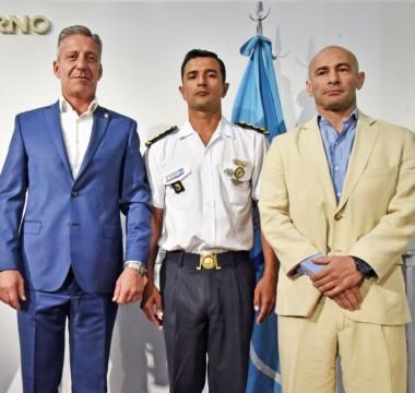 El gobernador junto al jefe y subjefe de la Policía de Chubuy  y el nuevo secretario de Seguridad.