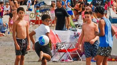 Playa, sol y fútbol  es lo que disfrutan estos pequeños veraneantes  que fueron algunos de los miles de visitantes que colmaron las playas de la ciudad de Puerto Madryn.