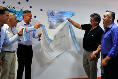 El gobernador en una de las inauguraciones realizadas ayer por el aniversario de la localidad del interior.