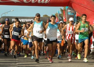 Un buen número de atletas se congregó ayer para una nueva edición de la Corrida de la Bahía, celebrada ayer en Playa Unión. Cristian Urtasún (N° 090) fue el ganador de la prueba.