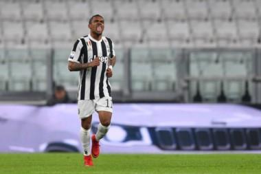 Con gol de Douglas Costa Juventus venció a Genoa y no se baja de la pelea.