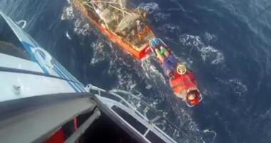 9 hombres y una mujer de Prefectura se pusieron el traje de héroes para rescatar a un hombre de 29 años.