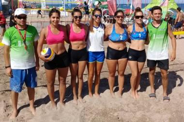 Las parejas. El voley playero fue una de las atracciones deportivas del verano en la playa de Las Grutas.
