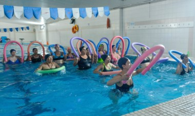 """El """"Aqua Gym"""" extendió su horario, a pedido de los vecinos de Trelew, y suma más participantes a esta actividad deportiva y recreativa."""