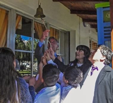 Festejo. Una postal de funcionarios y alumnos durante el inicio de las clases con un acto en la aldea Atilio Viglione, donde el gobernador insistió con sus definiciones políticas.
