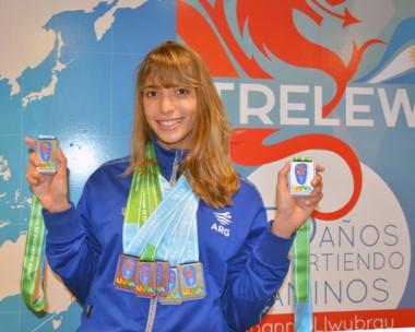 Julieta Lema y sus siete medallas en el Aeropuerto Almirante Zar de Trelew, recién llegada a la ciudad después de competir en Estados Unidos.