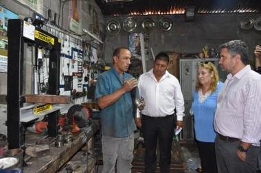 Visita. Meyer pasó por un taller mecánico del barrio Tiro Federal para verificar el avance de los vecinos.
