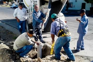 Preparación. Los trabajadores municipales edifican las bases donde se instalarán los nuevos semáforos.