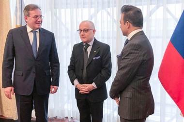 Trato. El canciller Jorge Faurie firmó el entendimiento con las empresas para la explotación del uranio.