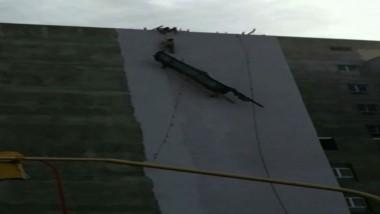 Un video difundido por Canal 7 captó el momento en que un grupo de amigos, todos menores de edad, rescató ayer a dos obreros que habían quedado colgados de un andamio.