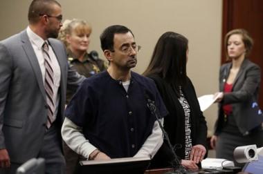 Condenan a 175 años de cárcel al médico Larry Nassar por abusar de 168 niñas gimnastas.