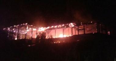 """El foco ígneo destruyó por completo el centro cultural """"Antú Quillén"""" ubicado en Bahía Puerto Bonito."""