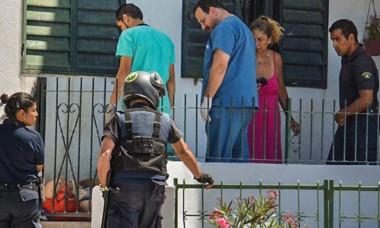 El hombre, que perdió el equilibrio, es auxiliado por los vecinos.