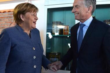 Bill Gates, Mauricio Macri y Ángela Merkel reunidos ayer en la Casa Argentina instalada en Davos, Suiza.