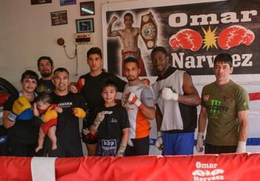 """Los peleadores Marcos Grandes, Ismael Almonacid y el """"zurdo"""" Velázquez junto a Omar Narváez, William Scull y Fabricio Arévalo en el gimnasio."""
