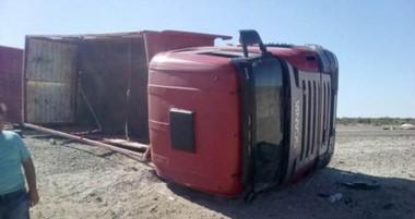 El conductor del camión procuró evitar un accidente mayor con un automovilista que se quedó dormido. (Facebook Raúl Mardones)