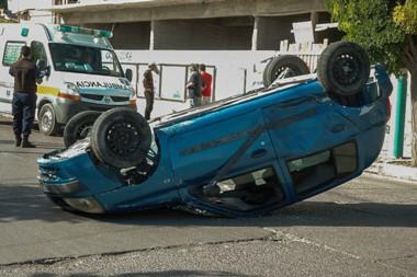 Al chapista. El Renault Clío que iba por Rivadavia terminó a 60 metros de la esquina del impacto .