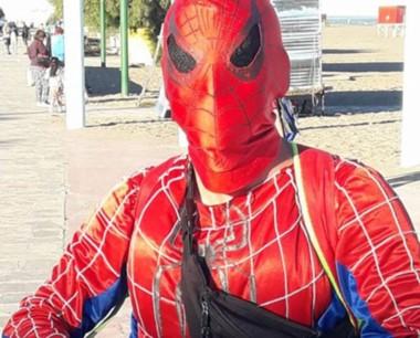"""El """"Hombre Araña"""" de Playa Unión fue denunciado por un padre."""