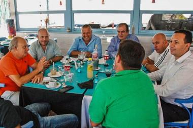 Todos unidos. Sastre, Maderna y Di Pierro, entre otros. Una mesa de peronistas en el verano madrynense.