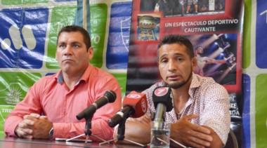 Alejandro Vargas, coordinador de Deportes del municipio, y Fabricio Arévalo, organizador del evento, en la conferencia de prensa en el Salón Histórico  del Palacio Municipal.