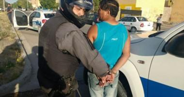 Los delincuentes habían cruzado su vehículo frente al camión, pero fueron atrapados por la Policía.
