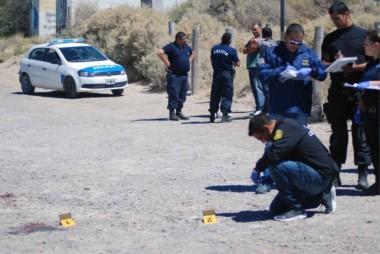 La Policía peritando el lugar del hecho. (Foto: Juan José De Focatiis / Jornada)