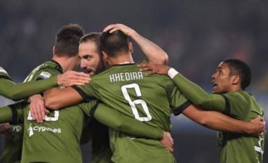 Los abrazos son para Higuaín, que volvió al gol en la victoria de Juventus.