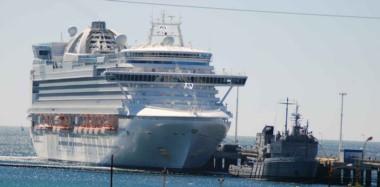 Llegó. La imagen del majestuoso crucero amarrado en el Golfo Nuevo pudo observarse desde distintos puntos de  la ciudad de Puerto Madryn.