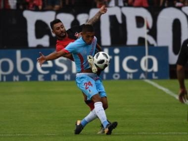 Arsenal, primer descendido, juega en Sarandí ante Patronato de Paraná.