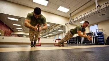 Lagartija marine. Miembros del ejército se ejercitan sin pensar que una APP ejerce involuntario