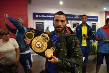 Lucas Matthysse con su cinturón de campeón mundial, en el aeropuerto de Ezeiza en horas del mediodía. A las 19 horas llegó a Trelew.