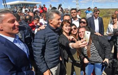 Saludos. Sonrientes, Arcioni y Macri saludaron a miembros y trabajadores de Genneia que participaron del acto en la capital, el primero del presidente en su agenda oficial 2018.