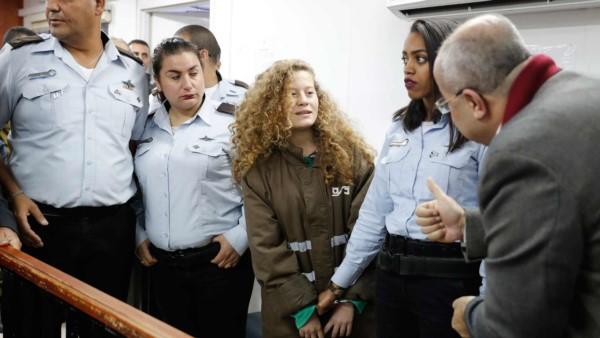 Con solo 16 años, Ahed está detenida y enfrenta 12 cargos criminales por parte del Ejército israelí.