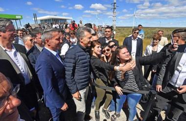 Presente. A la izquierda, Ongarato observa al presidente Macri cediendo al pedido de selfies en Rawson.